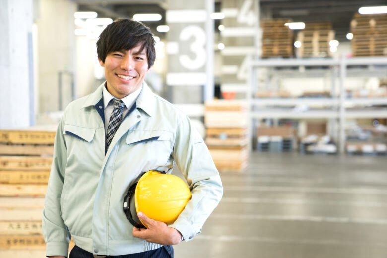 派遣-製造系の工場で働く男性派遣社員