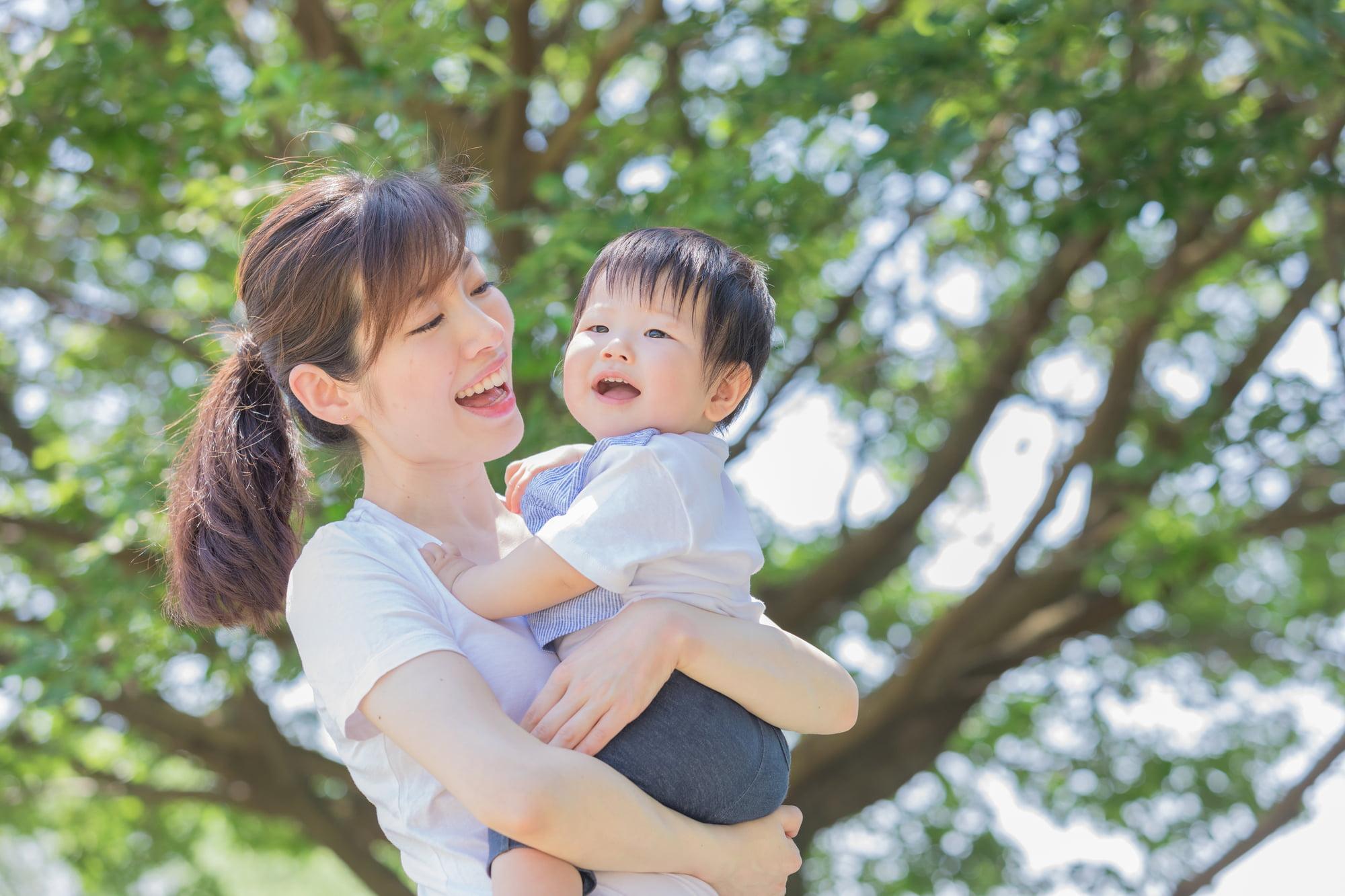 育児する母親