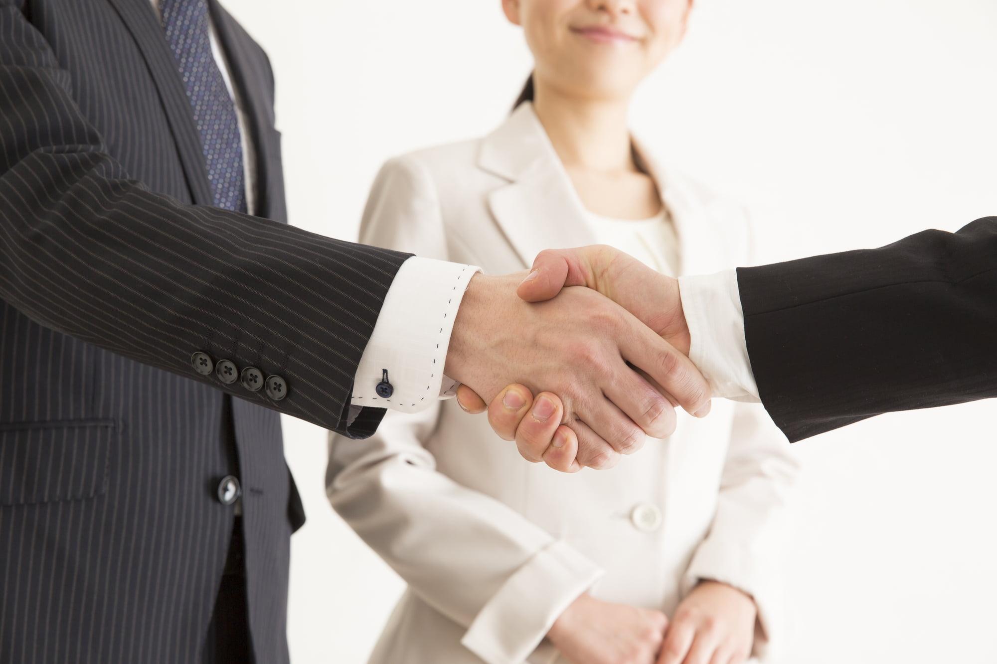 社員の握手
