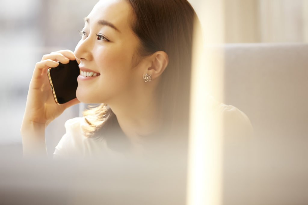 スマホで電話をかける女性の横顔
