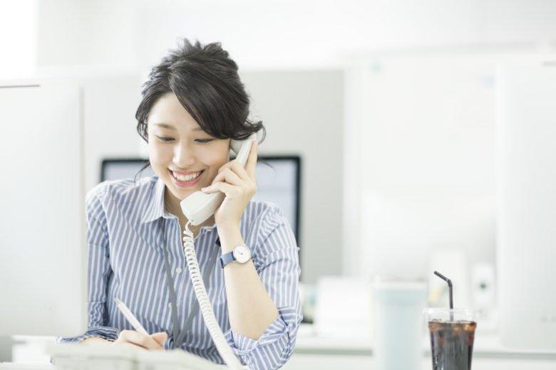 ビジネスウーマン-電話をかける