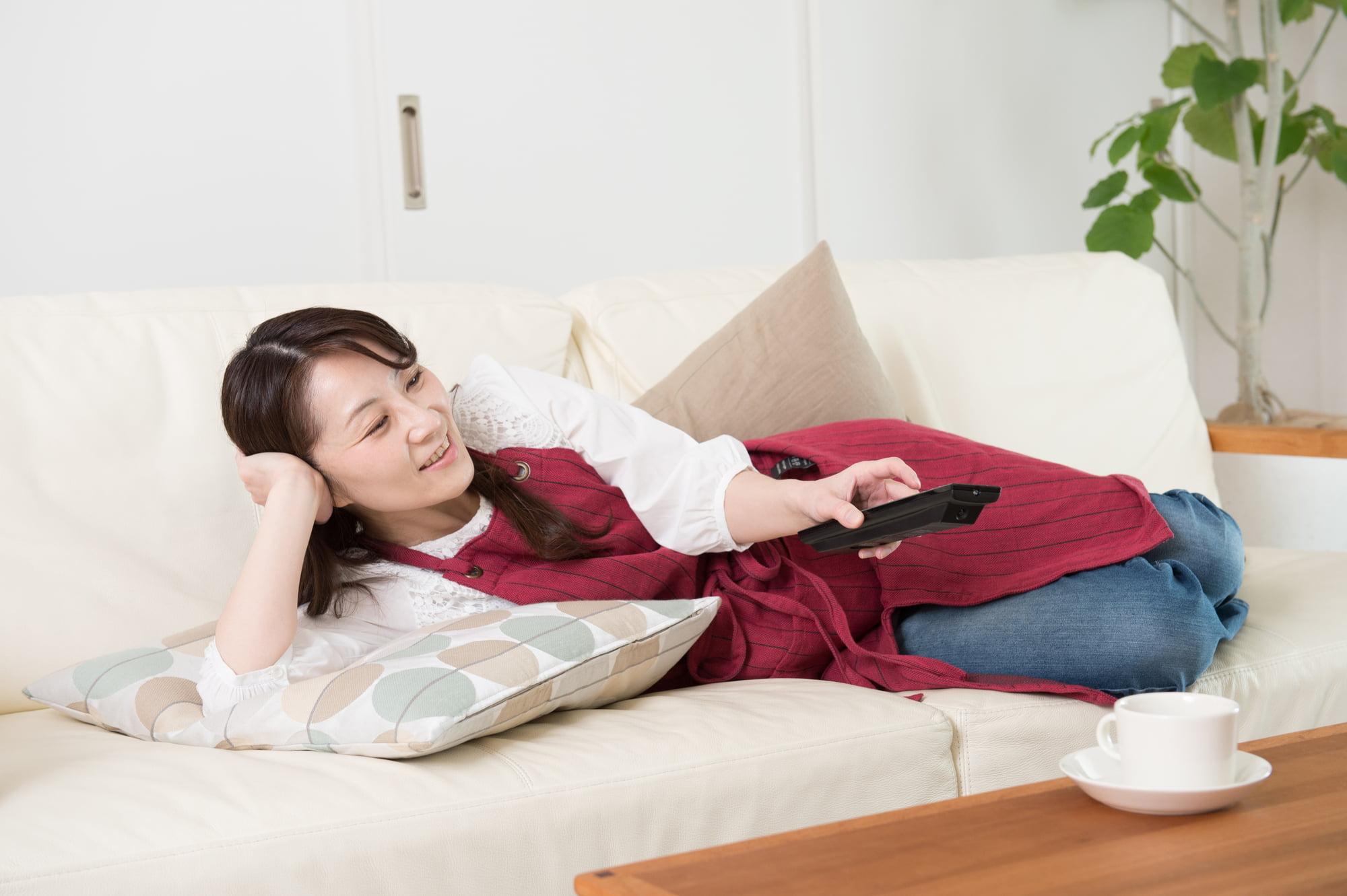 派遣-仕事をバックレてソファに横たわる専業主婦