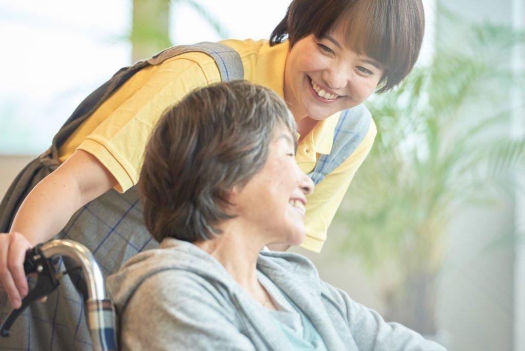 派遣-介護施設でサービスを受ける女性