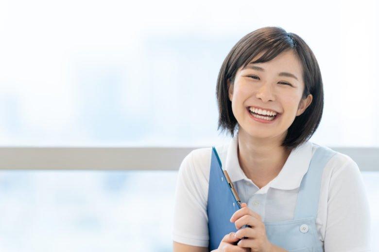 派遣-介護職の女性が笑う