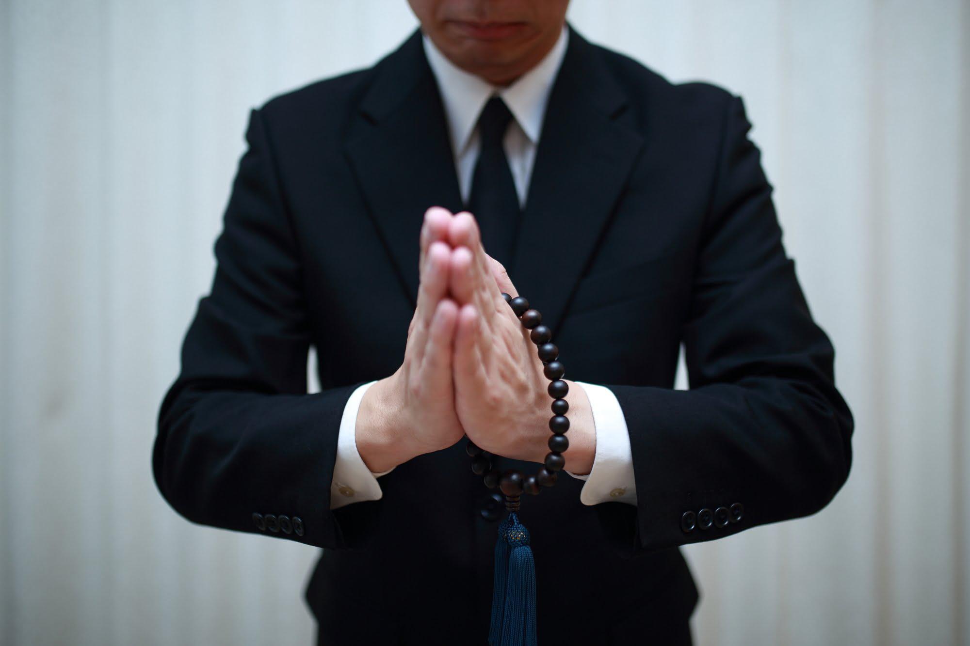 派遣-忌引きで葬儀に参加する男性派遣社員