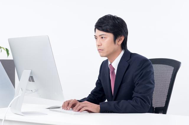 パソコンで作業する男性社員