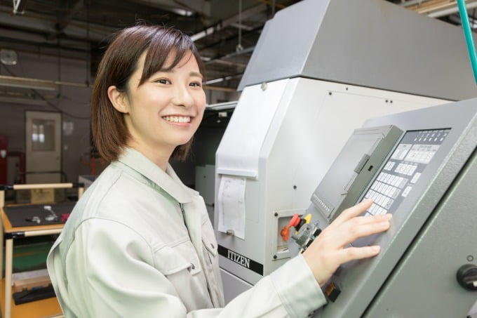 派遣-女性と工場