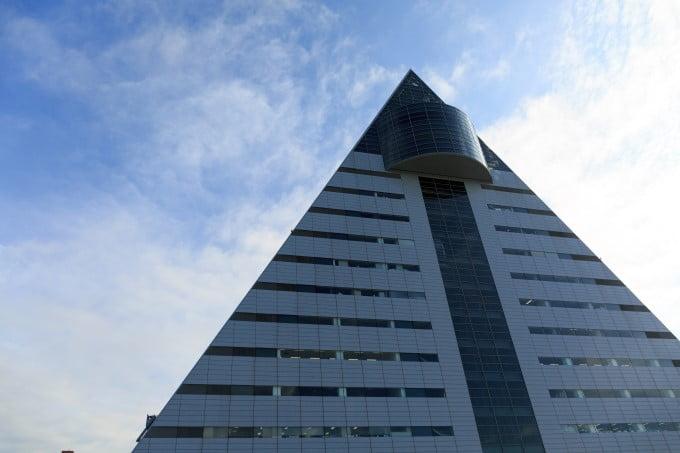 1,総合人材-青森県 三角の建物