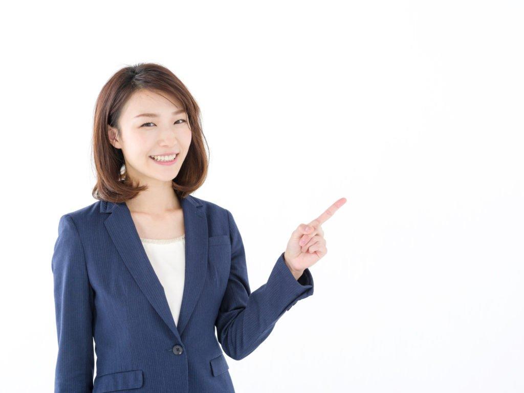 1.総合人材-指差すスーツ女性の画像