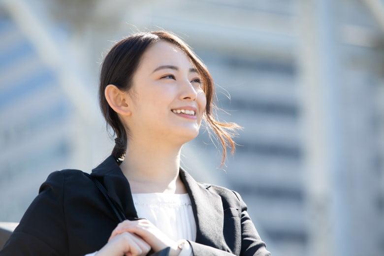1.総合人材-スーツの女性アップ