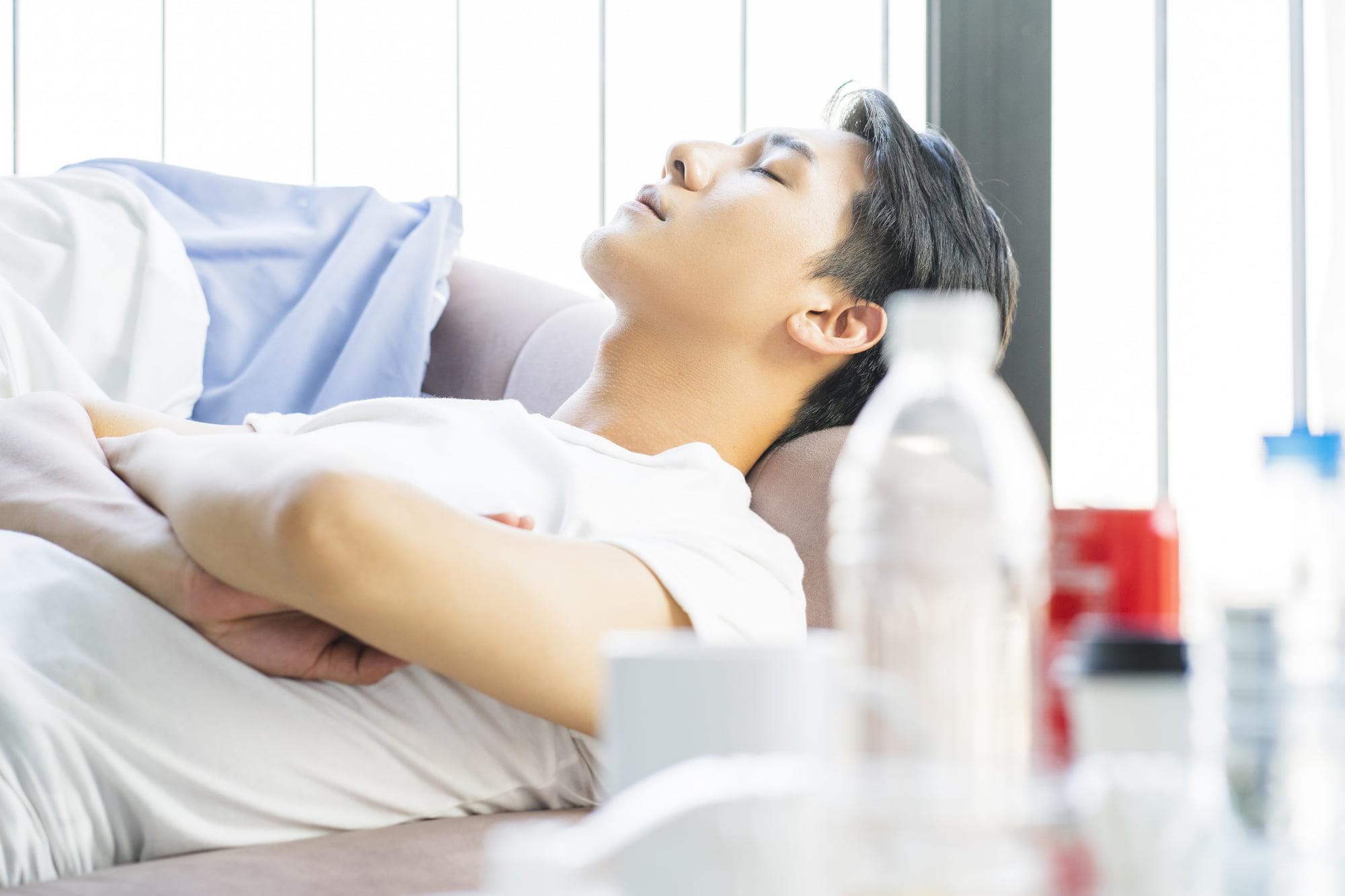 派遣-ソファーで寝る男性