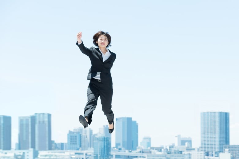 2.派遣-都会を背に飛ぶ女性