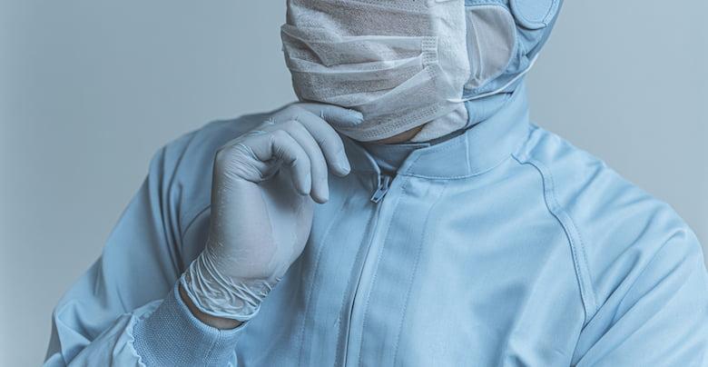 マスクをする工場勤務の人