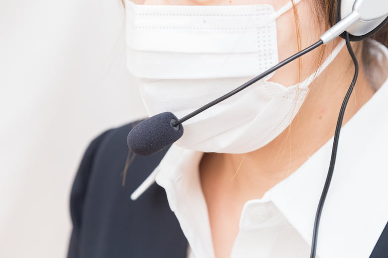 マスクをするコールセンター社員