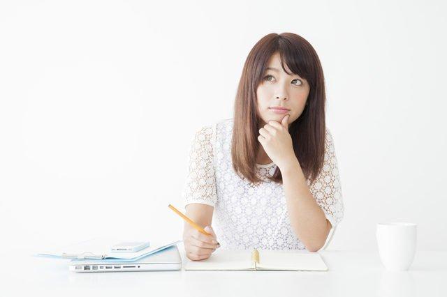 資格試験勉強をする20代女性