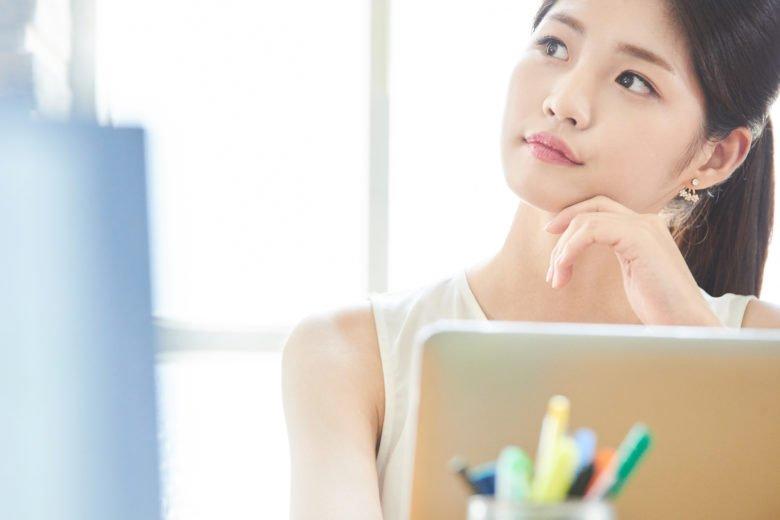 DTP_パソコンで考える女性