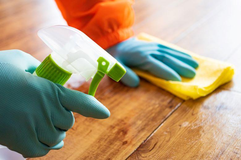 派遣-掃除をする人の手