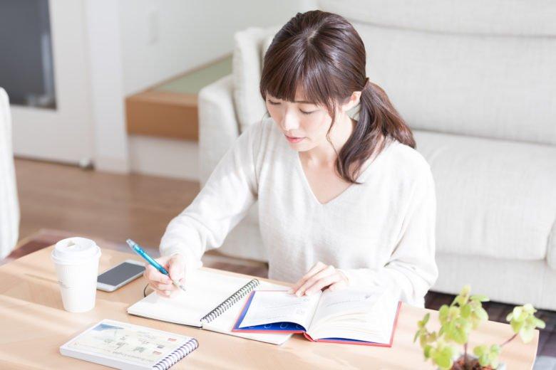 派遣_資格勉強する女性