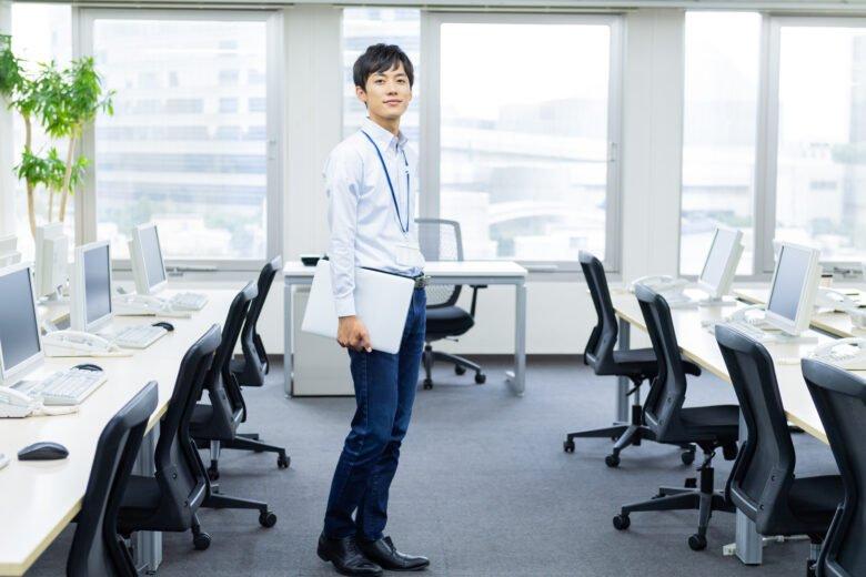 派遣-オフィスカジュアルな服装の男性