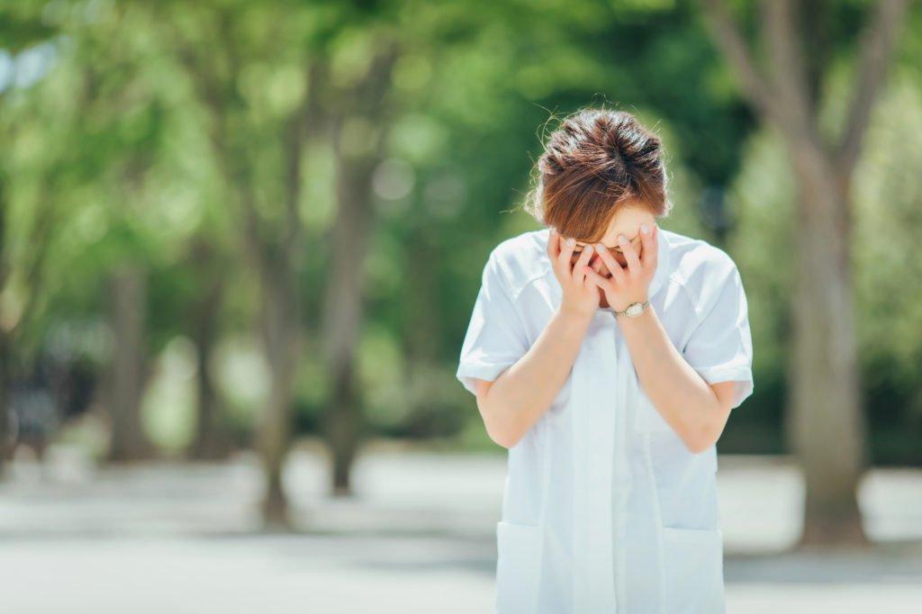 介護士-派遣-つらい-顔を隠す